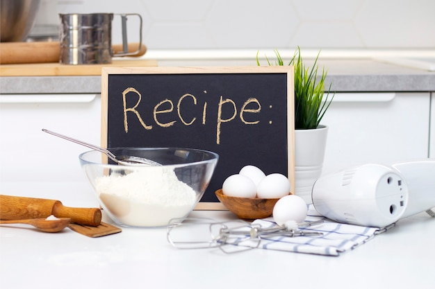 Fare impasti per pane o prodotti da forno fatti in casa. ingredienti in tavola. ricettario