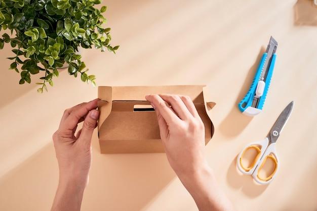 Fare una confezione regalo. concetto fai da te.