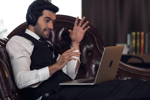 Fare connessioni globali, uomo d'affari con videoconferenza