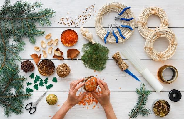 Realizzare ornamenti natalizi artigianali fatti a mano