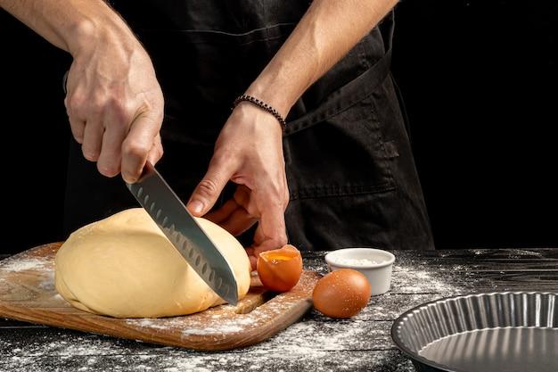 Fare il pane fatto in casa. istruzioni passo passo. il cuoco dà forma all'impasto