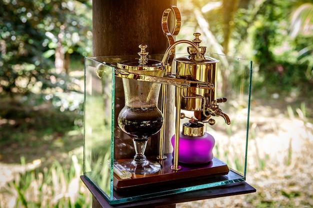 Preparando un caffè leggendario, kopi luwak, in un sifone vintage. bali, indonesia