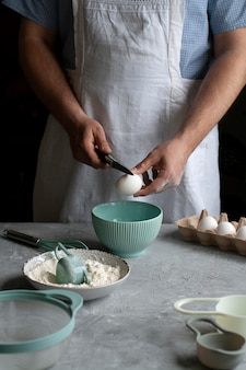 Preparare frittelle con lo chef sul posto di lavoro.