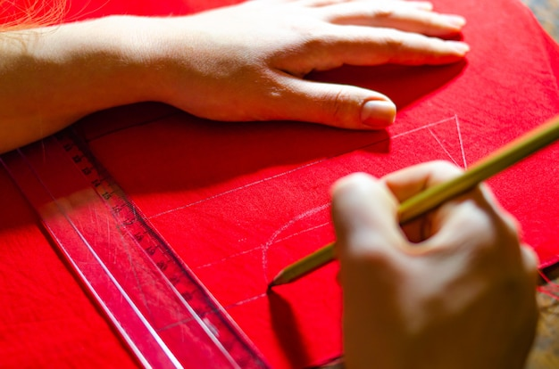 Fare un vestito rosso. abiti sartoriali. marcatura di abiti dal prodotto finito. disegno di un vestito rosso. crea un vestito rosso per bambini