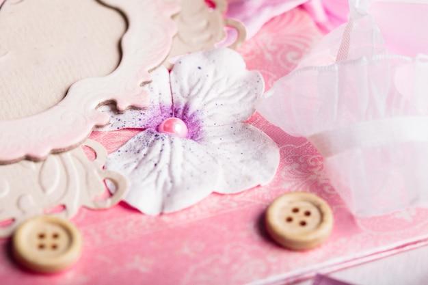 Realizzare cartoline scrapbooking con pedaggi e decorazioni sul tavolo