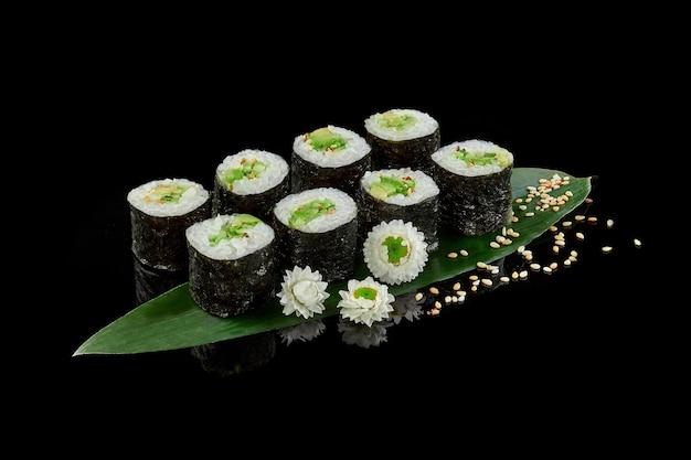 Involtini makizushi con avocado e cetrioli cosparsi di sesamo