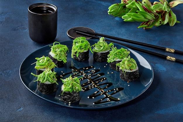 Involtini di makizushi con salsa di noci e asparagi al peperone wakame