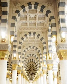Moschea di makkah kaaba all'interno decorazione di colonne