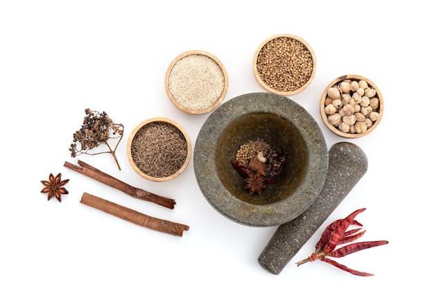 Mala ricetta e ingredienti come peperoncino essiccato, sesamo bianco, semi di coriandolo, cumino, cardamomo, anice stellato, cannella e pepe di sichuan.