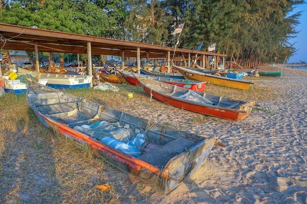 Malacca, malesia - 2 aprile 2016 - barche di pescatori in spiaggia. i pescatori sono la principale occupazione per gli abitanti del villaggio di malacca, in malesia
