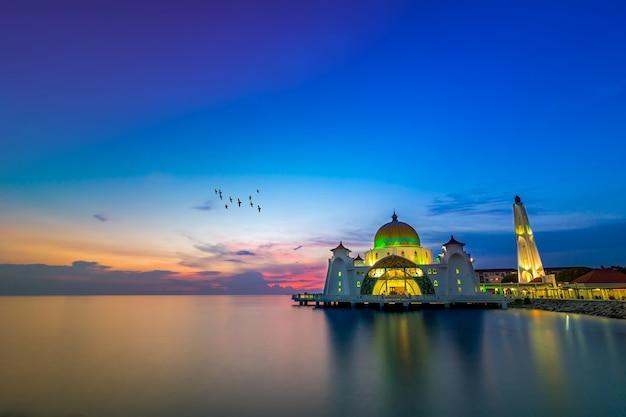 Moschea dello stretto di malacca (masjid selat melaka), è una moschea situata sull'isola artificiale di malacca vicino alla città di malacca, malaysia