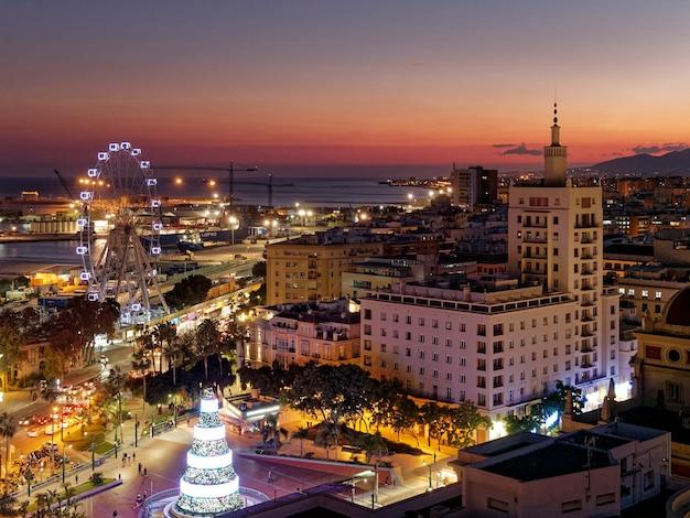 Vista della città di malaga di notte nel periodo natalizio.