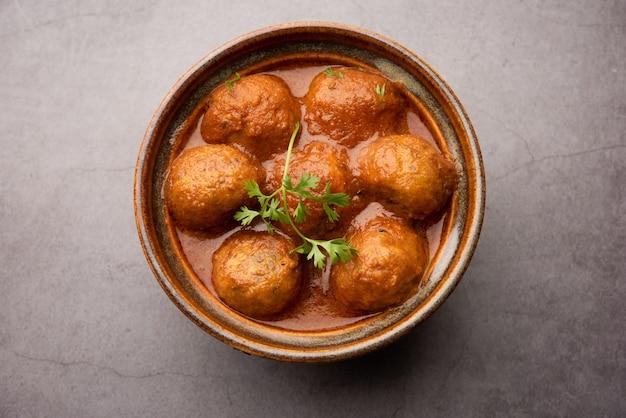 Malai kofta curry è un piatto di cucina indiana con polpette fritte di ricotta di patate in salsa di pomodoro cipolla con spezie