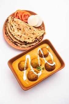 Malai kofta curry è un piatto di cucina indiana con polpette fritte di ricotta di patate in salsa di pomodoro cipolla con spezie Foto Premium