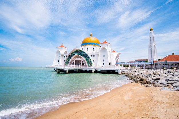 Malaysia, melaka - vista della vecchia masjid selat melaka ..