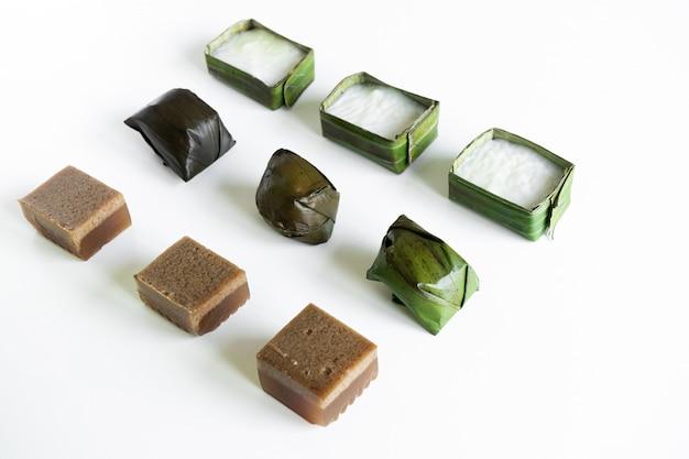 Cibo malese. gelatina di cioccolato, kuih koci e kuih tepung pelita.