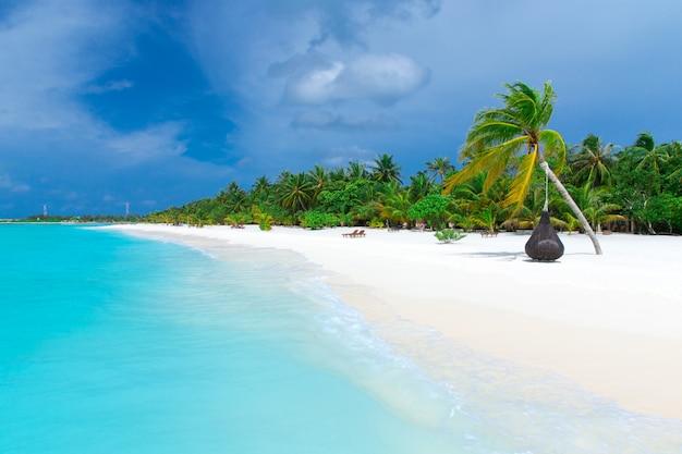 Isola delle maldive con spiaggia di sabbia bianca e mare