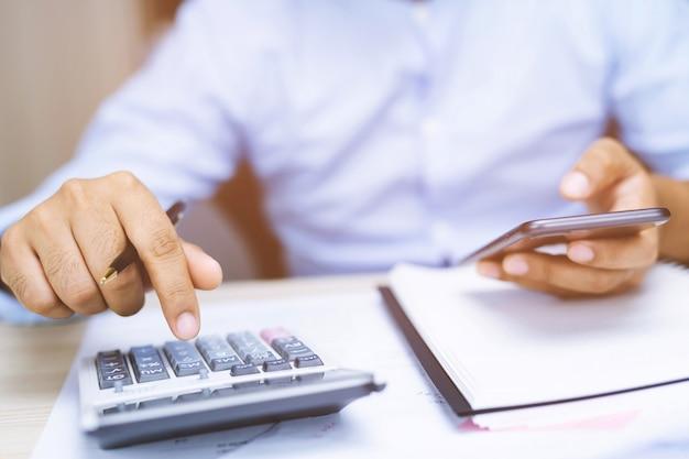 Ragioniere maschio o banchiere che effettua i calcoli. risparmio, finanze e concetto di economia.