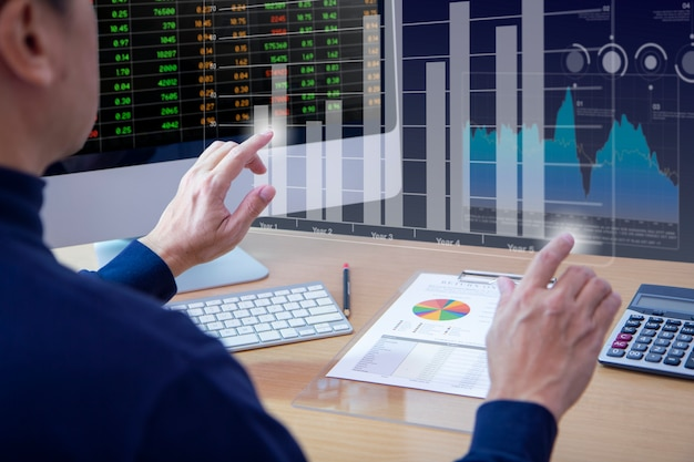 Grafico a barre gemelle commovente dell'analista maschio sullo schermo virtuale