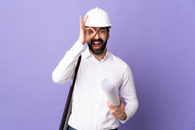 Architetto maschio in posa con il casco
