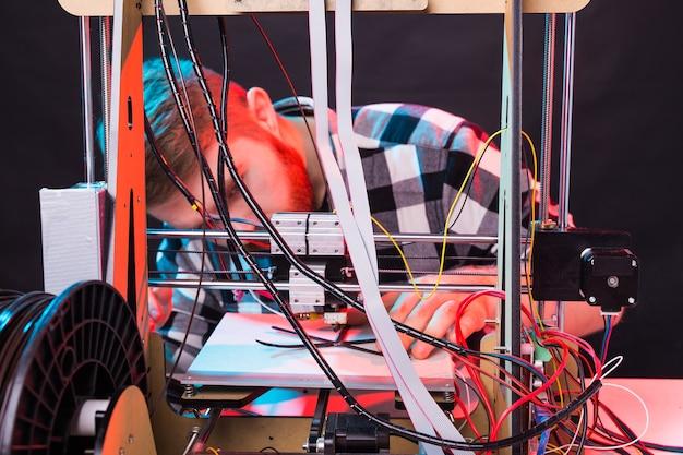 Architetto maschio che utilizza stampante in ufficio.