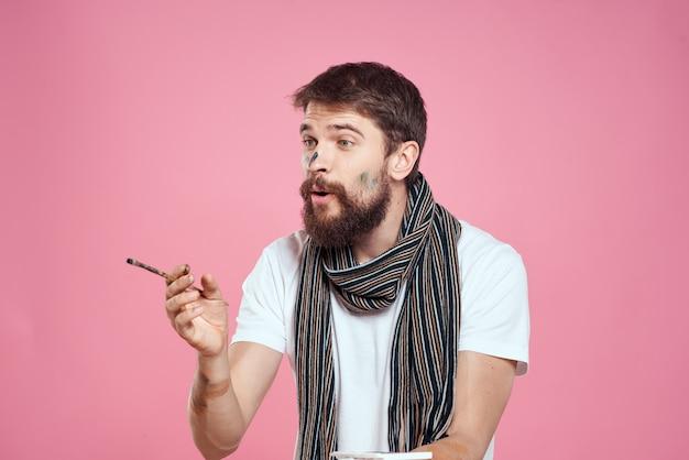 Artista maschio con vernice sul viso