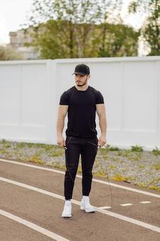 Atleta maschio che fa allenamento fitness. allenamento fuori dalla palestra.