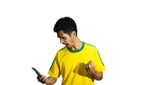 Atleta maschio nero con fotocamera mobile loking uniforme. sportivo isolato su sfondo bianco. spazio per il testo.