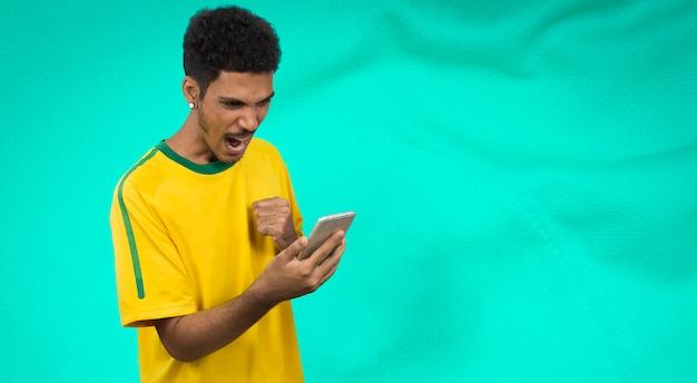 Atleta maschio nero con fotocamera mobile loking uniforme. sportivo isolato
