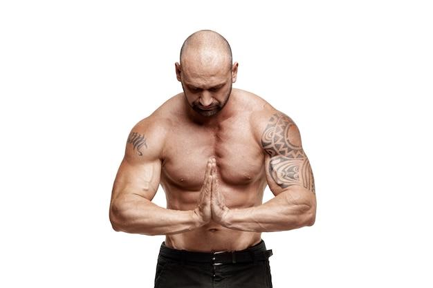 Culturista maschio isolato su bianco. allenamento fitness