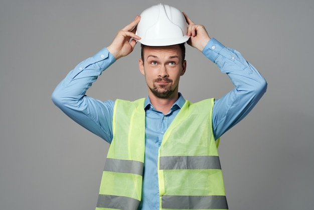 Costruttore maschio in un casco bianco sicurezza ingegnere sfondo isolato. foto di alta qualità