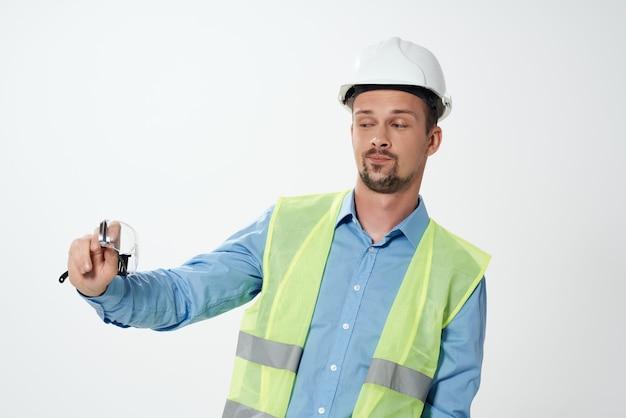 Costruttori di sesso maschile sfondo chiaro di lavoro professionale. foto di alta qualità