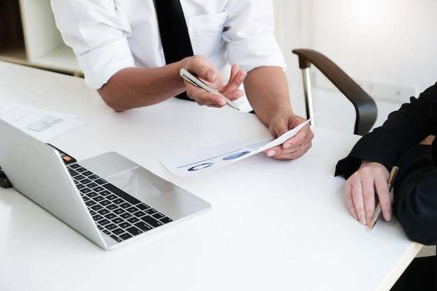 Un consulente aziendale maschile descrive un piano di marketing per definire strategie aziendali. pianificazione aziendale e concetto di ricerca di affari.