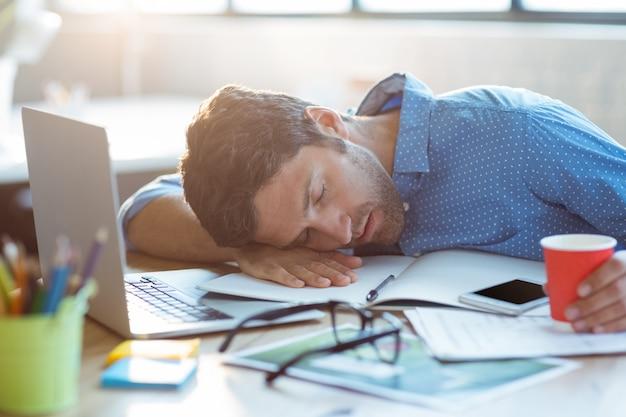 Uomo d'affari maschio che dorme