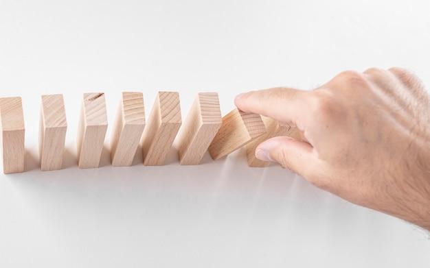 Uomo d'affari maschio, blocchi di legno. un concetto sulla crescita della carriera, l'assicurazione