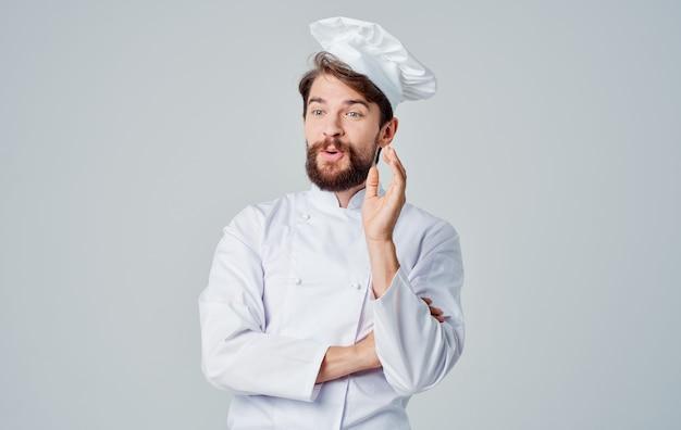 Chef maschio che cucina un ristorante professionale di servizio di ristorazione