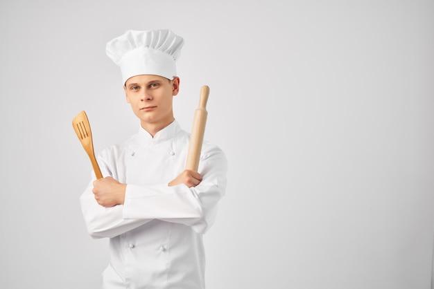 Stoviglie da chef maschio che cucinano sfondo chiaro professionale