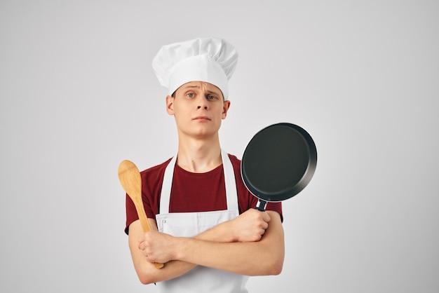 Stoviglie chef maschio che cucinano ristoranti