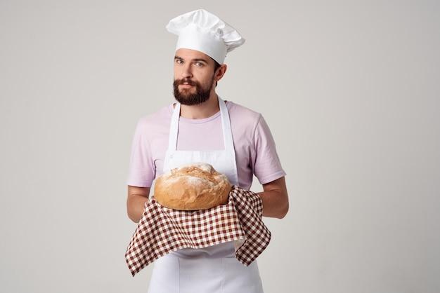 Chef maschio con pane che cucina servizio di ristorazione cottura