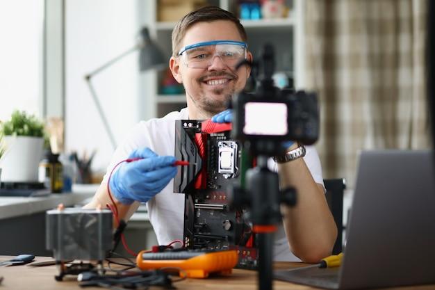 Il riparatore di computer maschio sta registrando una lezione video