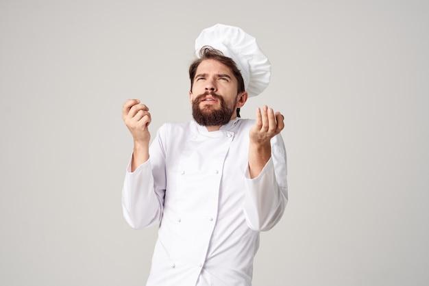 Cuoco maschio che cucina fondo isolato industria culinaria