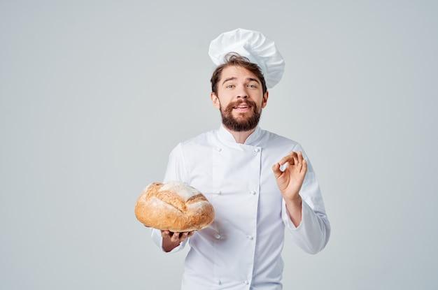 Cuoco maschio lavoro in cucina prodotti da forno industria culinaria