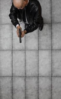 Criminale maschio con vista dall'alto dell'arma