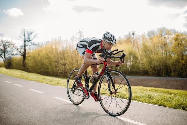Ciclista maschio cavalca in bicicletta, vista frontale
