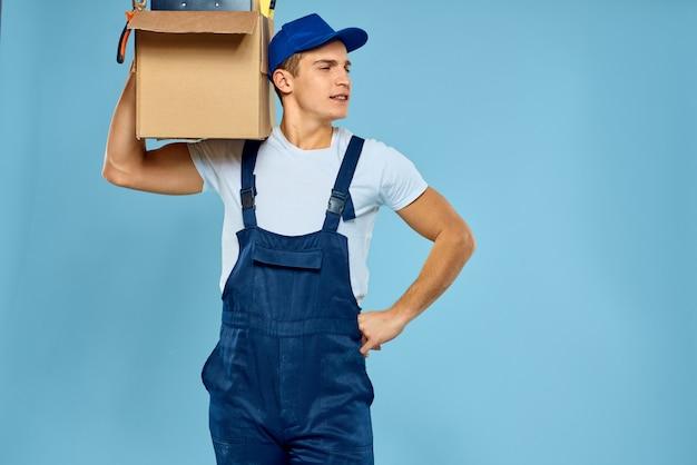 Pacchetto di consegna uomo consegna maschio al destinatario, pagamento senza contatto e ricevimento della merce