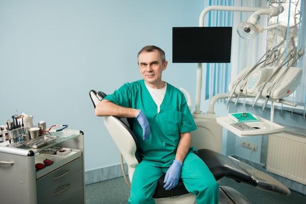 Dentista maschio in studio dentistico