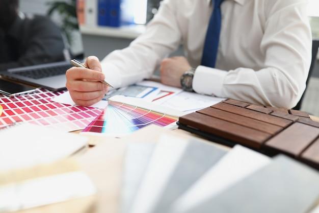 Un designer maschio sceglie un colore da una tavolozza