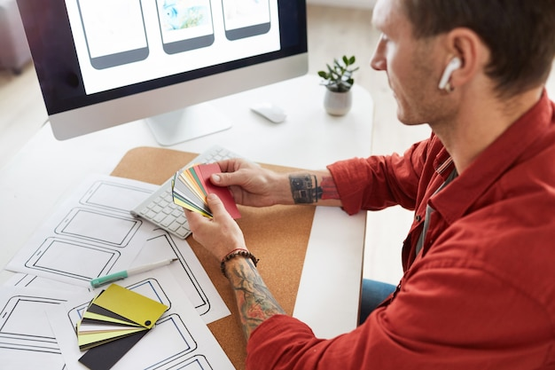 Designer maschile che sceglie i colori