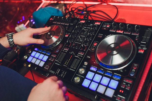 Maschio dj che suona musica nel club, vista dall'alto.