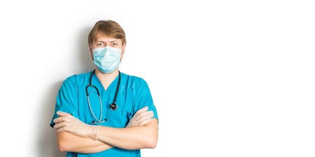 Medico maschio in uniforme chirurgica blu